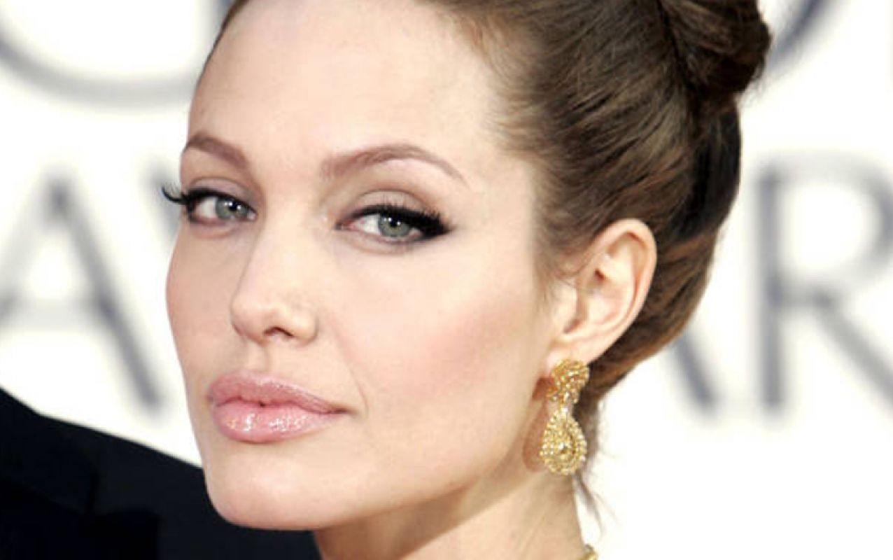 Machiaj cat-eyes in stil Angelina Jolie